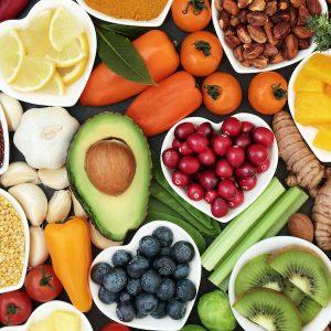 Alimentos para bajar de peso, la imagen contiene diversos vegetales y semillas saludables.