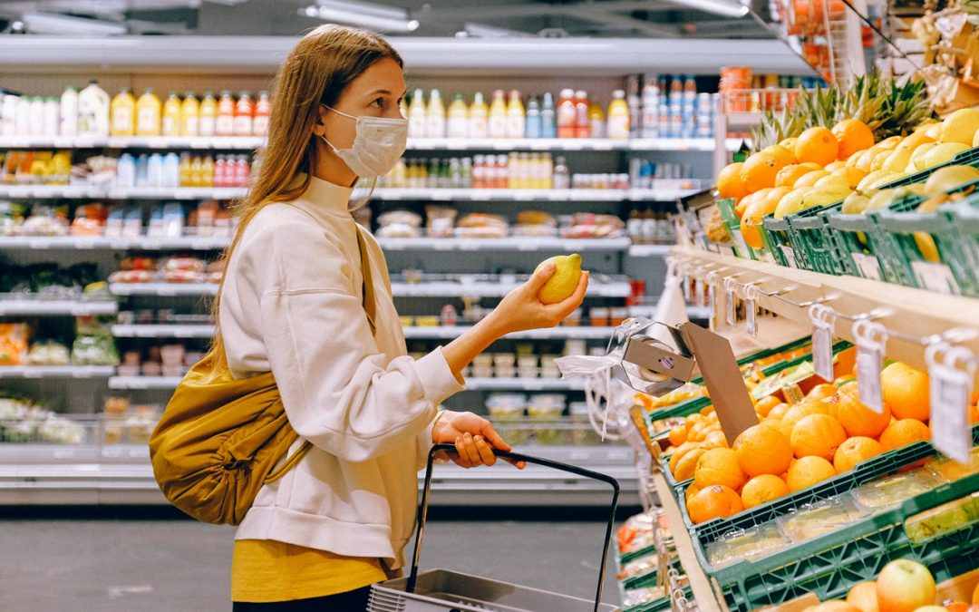 Woman in yellow tshirt and beige jacket holding a fruit preparing for pandemic flu. Formato: .JPG - pandemia.